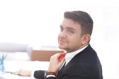 Geschäftsmann Adjust Necktie seine Klage Stockfoto