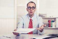 Geschäftsmann - aggressive Verkaufstaktik oder verdutzt, über- Papierdruck übergebend Stockfotografie