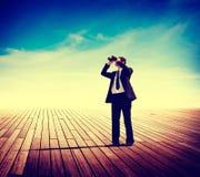 Geschäftsmann Alone Looking Explore, das Landschaftskonzept sucht stockbild