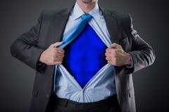 Geschäftsmann als Superheld und Zerreißen seines Hemdes stockfotografie