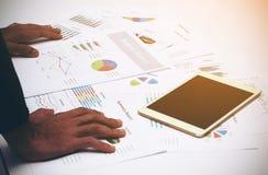 Geschäftsmann-Analysediagramm des Geschäftsberichtes Lizenzfreies Stockfoto