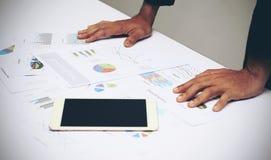 Geschäftsmann-Analysediagramm des Geschäftsberichtes Lizenzfreie Stockbilder