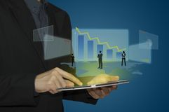 Geschäftsmann analysieren Diagramm auf Tablette in der Hand Stockfoto