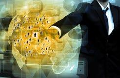 Geschäftsmann arbeitet mit Geschäft Netz-Anzeige Lizenzfreie Stockbilder
