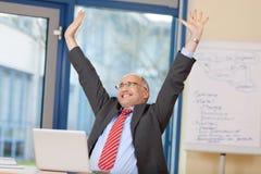 Geschäftsmann With Arms Raised, das Sieg feiert Lizenzfreies Stockfoto