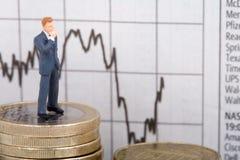 Geschäftsmann auf coinstaple Lizenzfreie Stockfotos