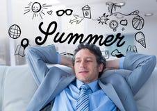Geschäftsmann auf Couch gegen Sommergekritzel und undeutliches weißes Büro Stockfotografie