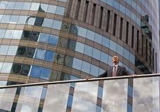 Geschäftsmann auf dem Balkon Stockbilder