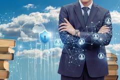 Geschäftsmann auf dem Hintergrund der geschützten Wolkendaten Stockbild