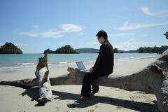 Geschäftsmann auf dem Strand. Lizenzfreies Stockbild