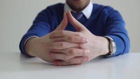 Geschäftsmann auf dem Tisch während der Diskussion stock video footage