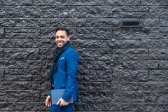 Geschäftsmann auf der blauen Klage, die draußen eine Tablette trägt stockfoto