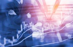 Geschäftsmann auf der digitalen Börse finanziell und Pfeil backgrou Stockbild