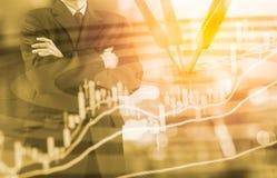 Geschäftsmann auf der digitalen Börse finanziell und Pfeil backgrou Lizenzfreie Stockbilder