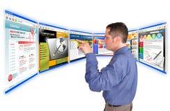Geschäftsmann auf der Internet-Web site Lizenzfreies Stockfoto