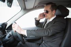 Geschäftsmann auf der tragenden Sonnenbrille des Telefons Stockbilder