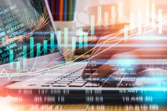 Geschäftsmann auf digitalem Börsefinanz- Indikator-backgro Stockbild