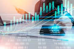 Geschäftsmann auf digitalem Börsefinanzhintergrund digit lizenzfreie stockfotos