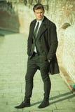 Geschäftsmann auf einem Bürgersteig mit seiner Hand in der Tasche Stockfoto