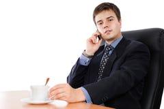 Geschäftsmann auf einem Bruch mit Kaffee Stockbild