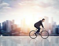 Geschäftsmann auf einem Fahrrad lizenzfreie stockfotos