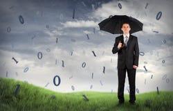 Geschäftsmann auf einem Feld mit binärem Code Lizenzfreies Stockfoto