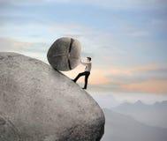 Geschäftsmann auf einem Felsen Stockfoto