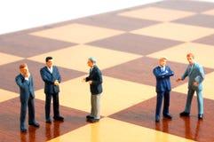 Geschäftsmann auf einem Schachvorstand stockbild