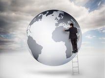Geschäftsmann auf einer Leiterzeichnung auf einem Planeten Stockfotografie