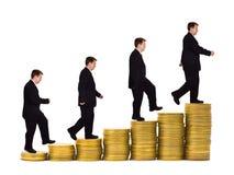 Geschäftsmann auf Geldtreppenhaus stockfoto
