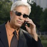 Geschäftsmann auf Handy. Lizenzfreie Stockfotos