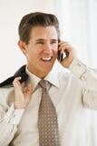 Geschäftsmann auf Handy Stockfotografie