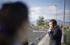 Geschäftsmann auf Handy lizenzfreies stockbild