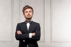 Geschäftsmann auf klassischem Innenhintergrund Stockfotos
