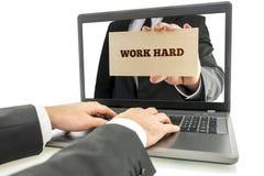 Geschäftsmann auf Laptop für Arbeits-hartes Konzept Lizenzfreies Stockfoto