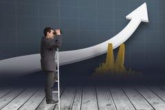 Geschäftsmann auf Leiter aufpassend mit verschiedenen Grafiken der Ferngläser Lizenzfreies Stockbild