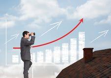 Geschäftsmann auf Leiter mit Ferngläsern über Dach und erhöhtem Balkendiagramm Stockbilder