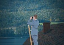Geschäftsmann auf Leiter mit Ferngläsern über Dach und Wald Lizenzfreies Stockfoto
