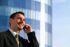 Geschäftsmann auf Mobiltelefon Stockbild