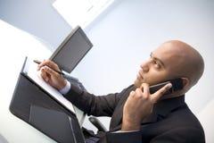 Geschäftsmann auf Mobiltelefon stockbilder