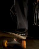 Geschäftsmann auf Skateboard Stockbild