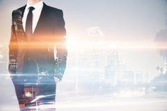 Geschäftsmann auf Stadthintergrund multiexposure Stockfotografie