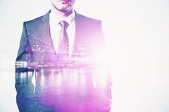 Geschäftsmann auf Stadthintergrund multiexposure Lizenzfreie Stockbilder