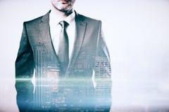 Geschäftsmann auf Stadthintergrund multiexposure Stockfoto
