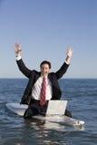 Geschäftsmann auf Surfbrett Lizenzfreie Stockfotografie