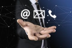 Geschäftsmann auf unscharfem Hintergrund unter Verwendung der FliegenNetwork Connection Lizenzfreie Stockfotos