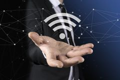 Geschäftsmann auf unscharfem Hintergrund unter Verwendung der freien wifi Krisenherdschnittstelle Lizenzfreies Stockbild