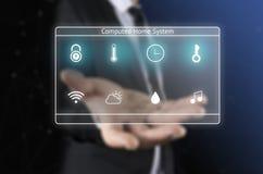 Geschäftsmann auf unscharfem Hintergrund unter Verwendung der intelligenten digitalen Hauptschnittstelle Stockbild