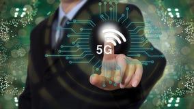 Geschäftsmann auf unscharfem Hintergrund unter Verwendung des Netzes 5G Lizenzfreies Stockfoto