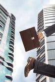 Geschäftsmann auf Wolkenkratzerrückseitenboden Stockbilder